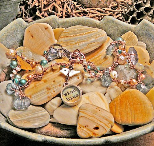 Necklace wind blue on shells