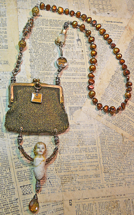 Hold_and_clasp_purse_necklace_for_o