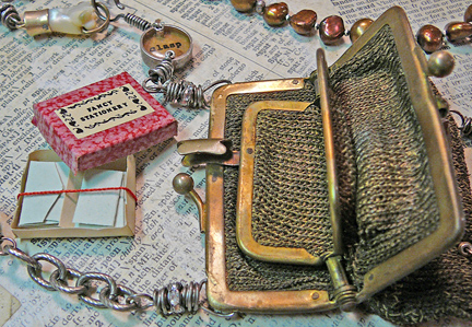 Hold_and_clasp_purse_necklace_inter